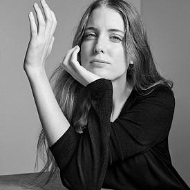 29-годишната Летисия Сала е каталунка, която работи като адвокат в Ню Йорк. Преди девет месеца решава, че не може да направи света по-добър само със закони и започва да пише книги. Първият й роман се казва Scrolling After Sex. Каталунската писателка има и още една страст – модата. Залага на семплия стил и обожава новата линия Essentials на MANGO. Фаворитите на Летисия Сала са финият кашмирен пуловер и кожените чехли.
