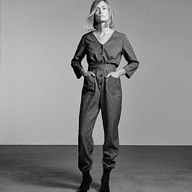 Фен на стила от 70-те, шведката не пропуска и гащеризона от линията Essentials, който според нея е модел, идеален за всяко време от деня в зависимост от аксесоарите.
