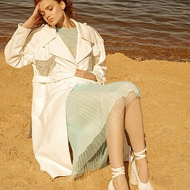 Топ и пола Huishan Zhang, тренч Marianna Senshina, обувки Maison Margiela.