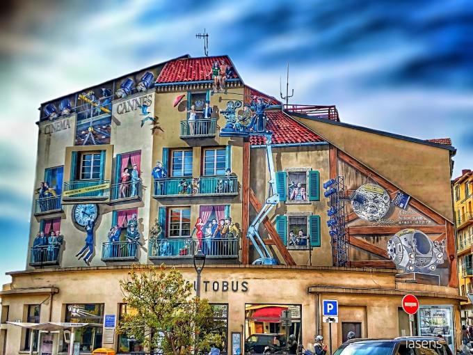 Сградата до Фестивалния дворец в Кан, изрисувана в духа на кино фестивала
