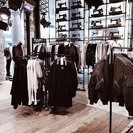 След всички тези вкусотии, ще отидем на пазар в Westfield London***, един от най-големите шопинг центрове в Европа, даващ убежище на брандове като Прада, Валентино и Шанел. Zara, H&M и Pull&Bear също  държат думата, на втория етаж, така че ако сте завъртяли очи осъдително при споменаването на Прада, пак си помислете. Заведенията за хранене в този мол също са страхотни, препоръчвам да опитате fish & chips.   *** Ariel Way, Shepherd's Bush, London W12 7GF