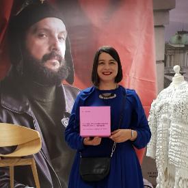 Нели Миева, артистичен директор на дизайнерската платформа ИВАН АСЕН 22, с наградата за вдъхновяващо визионерство