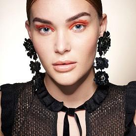 Неоновите цветове могат да превърнат очите ви в секси аксесоар към всяка черна рокля. Хубавото на тази визия е, че не трябва да се притеснявате дали сте достатъчно прецизни в нанасянето на сенките.
