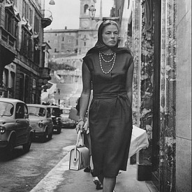 """Шведската актриса Ингрид Бергман на шопинг по """"Виа Кондоти"""" в Рим през 1963 г."""