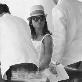 Одри Хепбърн избира Антиб, за да си почине добре по време на своята бременност през 1960 г. Но освен за да си почива, актрисата, известна със своите пътувания по мисии като посланик на добра воля на УНИЦЕФ, е пътувала много и за да привлече внимание към проблемите на Третия свят, посещавайки страни като Етиопия, Еквадор, Бангладеш.