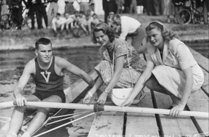 Грейс Кели със сестра си Елизабет и брат си Джон на кралската регата Хенли по река Темза.