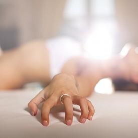 """ОРГАЗЪМ И ЗА ДУШАТА: Оргазмът е новият уелнес тренд и се нарежда по важност до йогата и медитацията. Ако подобна теза ви се струва прекалено дръзка, значи още не сте изкарали онлайн курса на onetaste.us. Базирана в Сан Франциско, Лос Анджелис и Лондон, тази практика преподава """"оргазмена медитация"""" и обещава на записалите се по-силна връзка със собствената им сексуалност чрез съчетаването на секс и духовност. Предпочитате нещо по-конкретно? Компанията производител на секс играчки за чакрите – Chakrub, предлага подобаващи аксесоари, като например вагинални топчета, анални разширители и дилдота от розов кварц, който не просто е камъкът на любовта, но има свойството да успокоява и да укрепва вярността. Колекцията включва и всякакви други лечебни кристали, благодарение на които вибраторите изглеждат повече като бижута, отколкото като играчки за възрастни."""