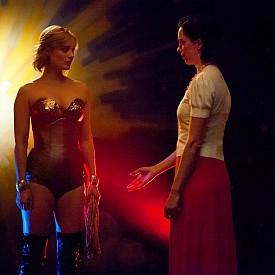 """Бела Хийткоут и Ребека Хол като любовницата и съпругата в триъгълника на """"Професор Марстън и Жената чудо"""""""