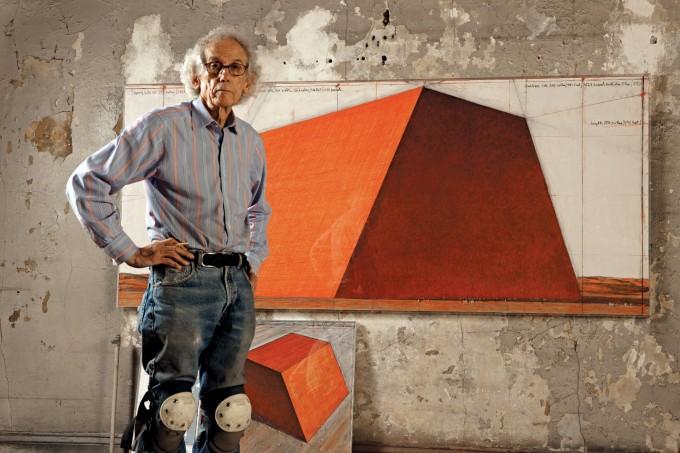 Кристо в студиото си с подготвителна рисуна за Мастаба, 2012.