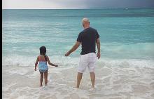 61-годишният Брус Уилис учи дъщерите си да плуват