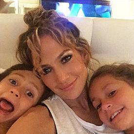 Дженифър Лопес с близнаците си