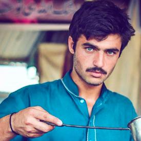 Продавач на чай от Пакистан се превърна в звезда в социалните мрежи