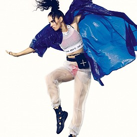 Топ и панталон IH NOM UH NIT @IHNOMUHNIT, кимоно AYA BY DK, @AYA_BY_DK, бански WHITE FOX @WHITEFOXSWIM, чанта за кръст FRESH.I.AM @FRESHIAMATL, спортни обувки UNITED NUDE @UNITEDNUDE