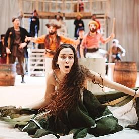 """Театралната интерпретация на романа на Робърт Луис Стивънсън """"Островът на съкровищата"""" е постановка, която ще харесате и вие, и вашите деца. Тя е дело на младата режисьорка Анастастия Събева, а в ролята на страховития пират Флинт влиза големият български актьор Христо Мутафчиев. Той и още осем талантливи млади актьори разказват от сцената на театър """"Азарян"""" история за пирати, съкровища и тайнствени острови."""