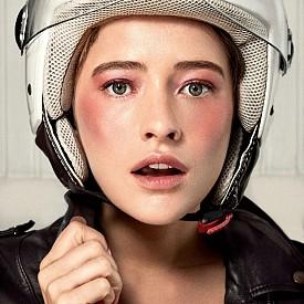 Розово ускорение - даваме старт от сенките на очите и финишираме върху бузите, които са като целунати от високата скорост.