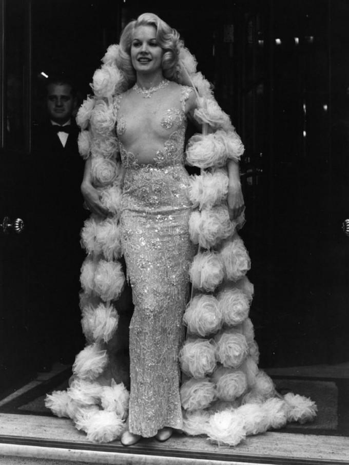 Притежателката на Златен глобус - актрисата Карол Бейкър в рокля на Balmain 1964г.