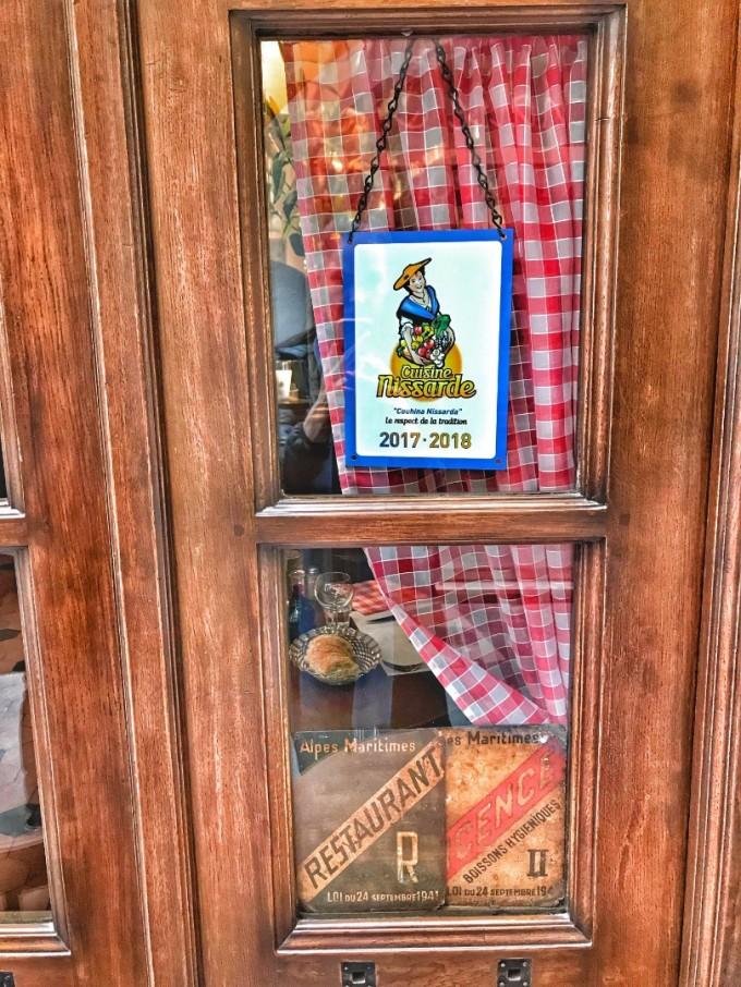 Специалният знак Cuisine nissarde, който гарантира качествени местни продукти, както и традиционни рецепти от региона