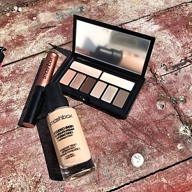 Фон дьо тен Studio Skin на Smashbox (с хидратираща формула, без добавени масла, с дишащи полимери, които се движат с вашата кожа и предотвратяват събирането на продукта във фините линии и порите, със светли дифузионни сфери, които заглаждат несъвършенствата, средно до плътно покритие, матиран финиш на кожата и доказана 24-часова издръжливост), палитра сенки с дълготраен ефект Cover shot: Eye palettes (6 експертно подбрани цвята и 2 базови сенки в двоен размер), Be Legendary Liquid Metal (цвят и блясък в едно, с металически завършек, създаващо 3D оптично изпъкване на устните, благодарение на перли и пигменти, които отразяват светлина от всеки ъгъл, за максимален комфорт без изсушаване на устните).