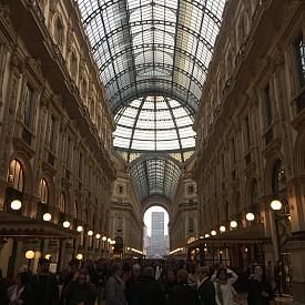 2. Galleria Vittorio Emanuele II. Това несъмнено е мястото, където витрините на Prada, Louis Vuitton и Versace винаги впечатляват с креативността си. Този сезон почти всички са заложили на големи цветя или морски въжета.
