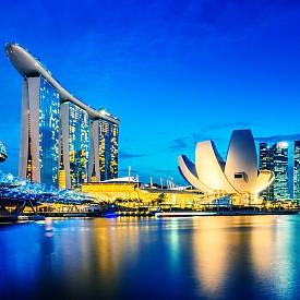 8. НАКАЗАНИЕ И ЗА САМОУБИЙСТВО. //Присъда: 10 години затвор.//     Сингапур е един от най-бързо развиващите се градове с най-нисък процент на безработица в света – едва 3%. Това не значи, че нещастието не ходи по жителите му, след като със закон са забранени самоубийствата. В кръга на шегата – гигантските небостъргачи са идеални да сложите край на живота си, но ако случайно оцелеете, следващите 10 години ще ги прекарате зад решетките.