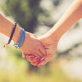 7. НЕ ПРЕГРЪЩАЙТЕ ЧОВЕК ОТ ВАШИЯ ПОЛ! //Наказание: 2 години в затвор.//   Хомосексуализмът в Сингапур е незаконен. Нямате право да демонстрирате любов към вашия пол на публични места, освен ако не искате да обяснявате мотивите си в съда. Не открих официална статистика колко хомосексуални двойки са зад решетките, но попаднах на интересна практика в един от районите на съседна Индонезия, където за подобно обвинение налагали виновниците с 200 тояги. Е, Сингапур в това отношение направо си е цивилизация...