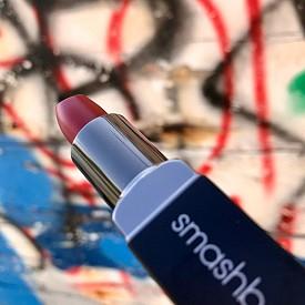 Матиращото червило Be Legendary Lipstick е с витамини А и Е, масло от ший и хидратиращ комплекс. Лесно се нанася и има дълготраен цвят.