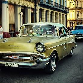 Улица с ретро коли