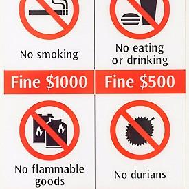 4. НАЙ-СКЪПАТА ЗАКУСКА Е В ГРАДСКИЯ ТРАНСПОРТ //Глоба:500сингапурски долара.//    На почти всяка метростанция и спирка на обществения транспорт може да видите десетките рестрикции, които трябва да спазвате. Включително и че нямате право да пиете дори вода. Всички храни и напитки са строго забранени. Глобата не е никак малка – 500 сингапурски долара се равняват на около 650 лв. Едва ли забраната се спазва от всички, след като ми се случи в метрото да стъпя в каша от полузасъхнал сладолед. Поне беше с клечка, която лесно отлепих от подметката, защото фунийката щеше дълго да е хербариризирана в порите на маратонките ми...