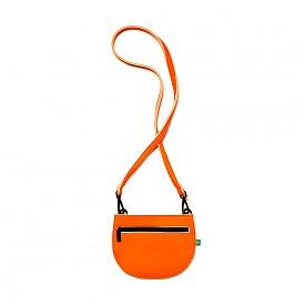 Оранжева чантичка Benetton ще бъде перфектен контрастен аксесоар към визия с бяла риза