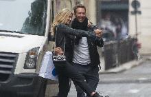 Крис и Анабел танцуват на улицата
