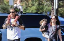 Меган Фокс и Браян Остин Грийн със синовете си