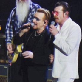 Рокаджиите от U2 почетоха жертвите в Париж на концерта си