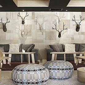 През зимата окачете ратанови елени в тъмно и светло върху една от стените, както са направили интериорните дизайнери на хотел Altapura.