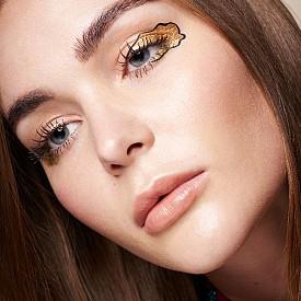 Външният ъгъл на окото е доста подценявана зона за нанасяне на грим. Преоткрийте го, като нанесете там златни сенки. По желание можете да оградите с черна очна линия за по-екстравагантен ефект.