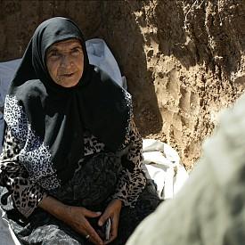 """Разказът в """"3 лица"""" се движи на границата между реалността и фикцията като се фокусира върху една необикновена история, развиваща се в пътуване из иранските селца. Заснет от ръка, филмът представя на зрителите три жени – актриси, намиращи се в различен етап от своята кариера."""