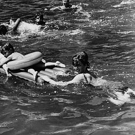 Джаки Кенеди с дъщеря си Каролайн на гости на сестра си – принцеса Лий Радзивил, в Италия, 1962 г.