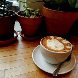 КАРЛИ КЛОС / Моделът традиционно закусва с протеинов коктейл: шоколадов протеин на прах, бадемово мляко, банани и къпини. Тъй като Карли споделя, че й е трудно да става рано, задължително пие кафе, но го комбинира с бадемово мляко и бита сметана. Закусва омлет със спанак, авокадо и тиквички.