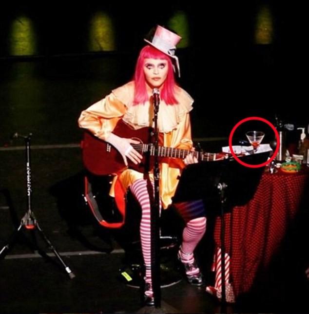 Мадона пияна и дегизирана като клоун