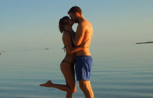 Тейлър и Калвин в страстна целувка