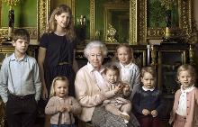 Кралицата с най-малките си внуци и правнуци