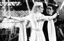 Младоженците танцуват традиционен арменски танц