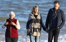 Том и Тейлър с майка му Даяна