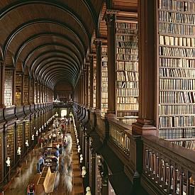 """Библиотеката на """"Тринити Колидж"""", Дъблин, Ирландия. Тя е най-голямата в страната."""