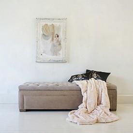 Пейки като тази на The French Bedroom Co (www.frenchbedroomcompany.co.uk) са изключително практични, защото имат вграден механизъм, който позволява съхраняване на вещи във вътрешността им.