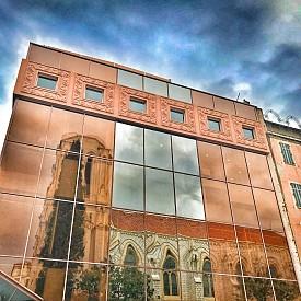 Отражение на красивата архитектура на Ница в стъклата на сграда в центъра