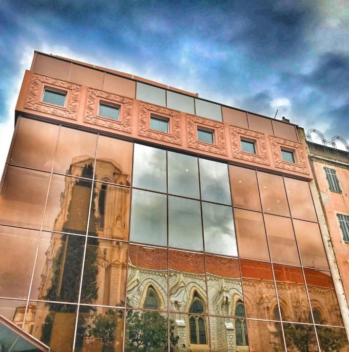 Отражение на красивата архитектура на Ница в стъклата...