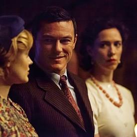 """Люк Еванс в """"Професор Марстън и Жената чудо"""". Ребека Хол е съпругата му Елизабет, а любовницата (и на двамата) е Бела Хийткоут"""