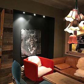 Дървени ретро ски, окачени на стената, също са нестандартна, но ефектна зимна декорация, каквато има в ресторант Alpen Art.