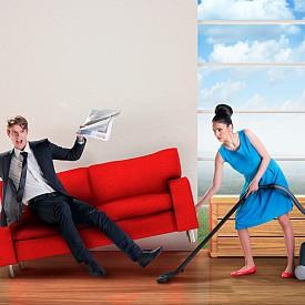 """4. КОЙ ВЪРШИ ДОМАКИНСКАТА РАБОТА: Разпределянето й често е източник на стрес, особено ако не е ясно кой за какво отговаря. Кой изхвърля боклука? Кой води счетоводството у дома? Кой се занимава с майсторите? """"Почти винаги единият партньор смята, че носи по-голям товар от другия"""", казва сексологът Ванеса Мерин. Най-добрият начин да се справите с това е да разпределите домашните задължения още щом заживеете заедно. Не пропускайте да обсъдите детайлите (изхвърлянето на боклука включва ли и слагането на нова торба за смет, например). Ако след време нещо не по силите ви, предоговорете условията."""