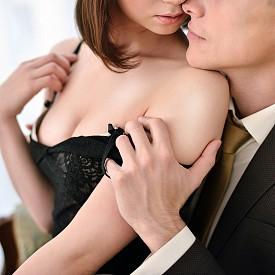 """4. СЕКСЪТ НИ ПРАВИ ПО-ОБЩИТЕЛНИ: Благодарение на окситоцина, хормон, който се освобождава по време на секс, се повишава вероятността да бъдем по-общителни, заключва екип от монреалския университет """"Конкордия"""". Окситоцинът не само подобрява настроението ни, но и ни насърчава да преодоляваме задръжките си в комуникацията. Това е и веществото, което ни прави по-малко чувствителни към отхвърляне."""